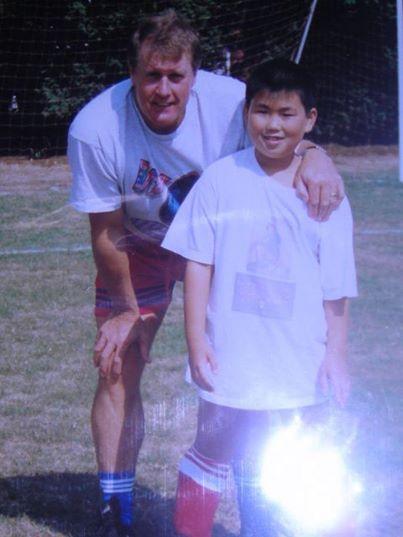 9歳の頃。ロンドンでサッカーやってた時に、元イングランド代表のストライカー「ジェフ・ハースト」さんと。